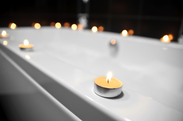 White tub with tea light candles around the edge