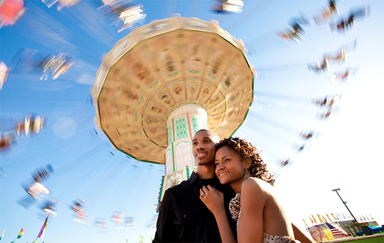 Amusement parks provide plenty of locations for cute pictures. | The Dating Divas