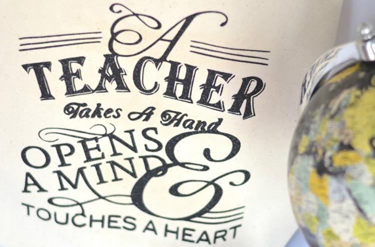 Teacher appreciation tote bag that you can DIY. | The Dating Divas
