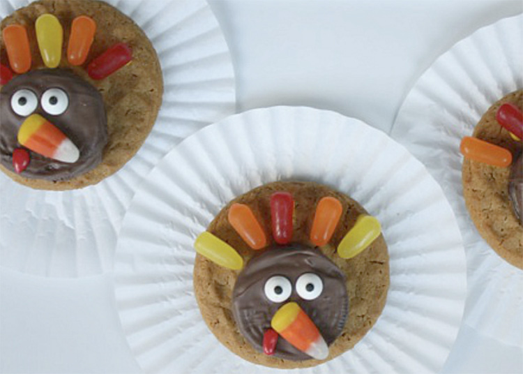 Use these fun Thanksgiving food ideas to make candy turkeys. | The Dating Divas