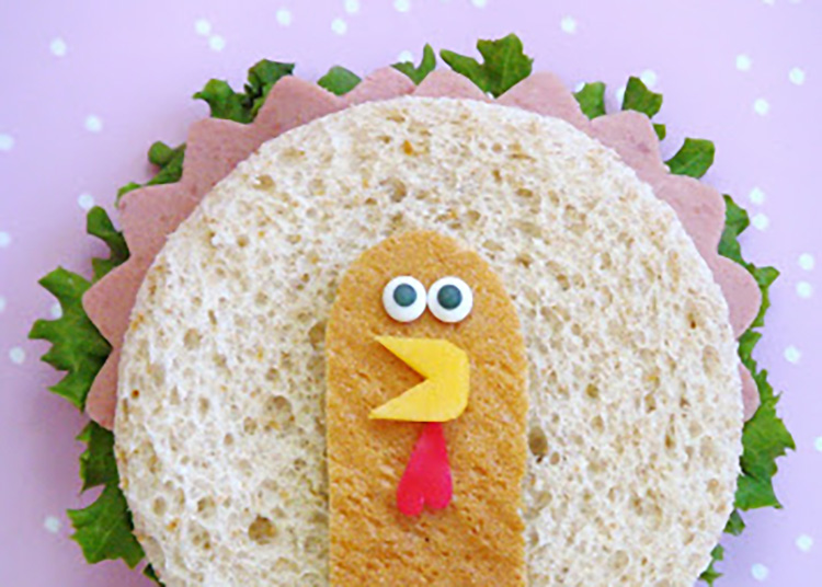 Thanksgiving treats for kids are the way to get them to eat! I love this little turkey sandwich. | The Dating Divas