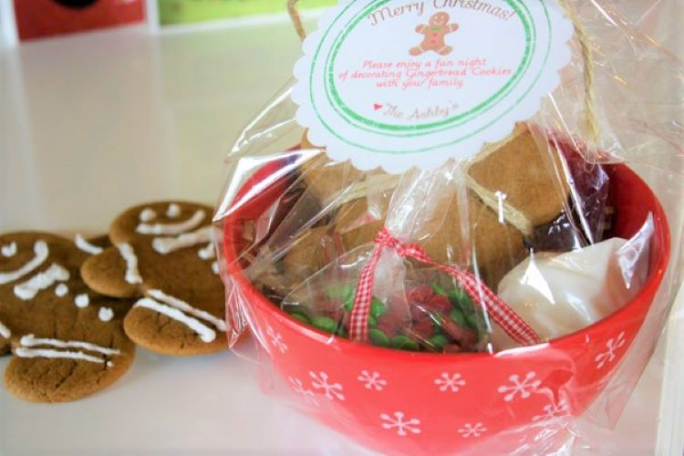 A gingerbread man decorating gift kit | The Dating Divas