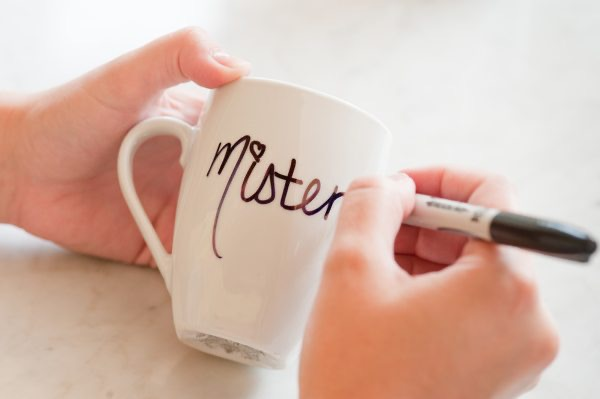 Mister and Misses matching mugs idea for a Christmas gift for him - The Dating Divas