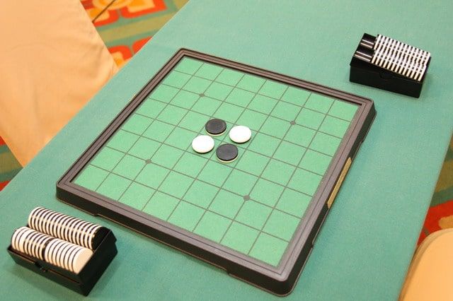 Othello Board game to play with your girlfriend | The Dating Divas