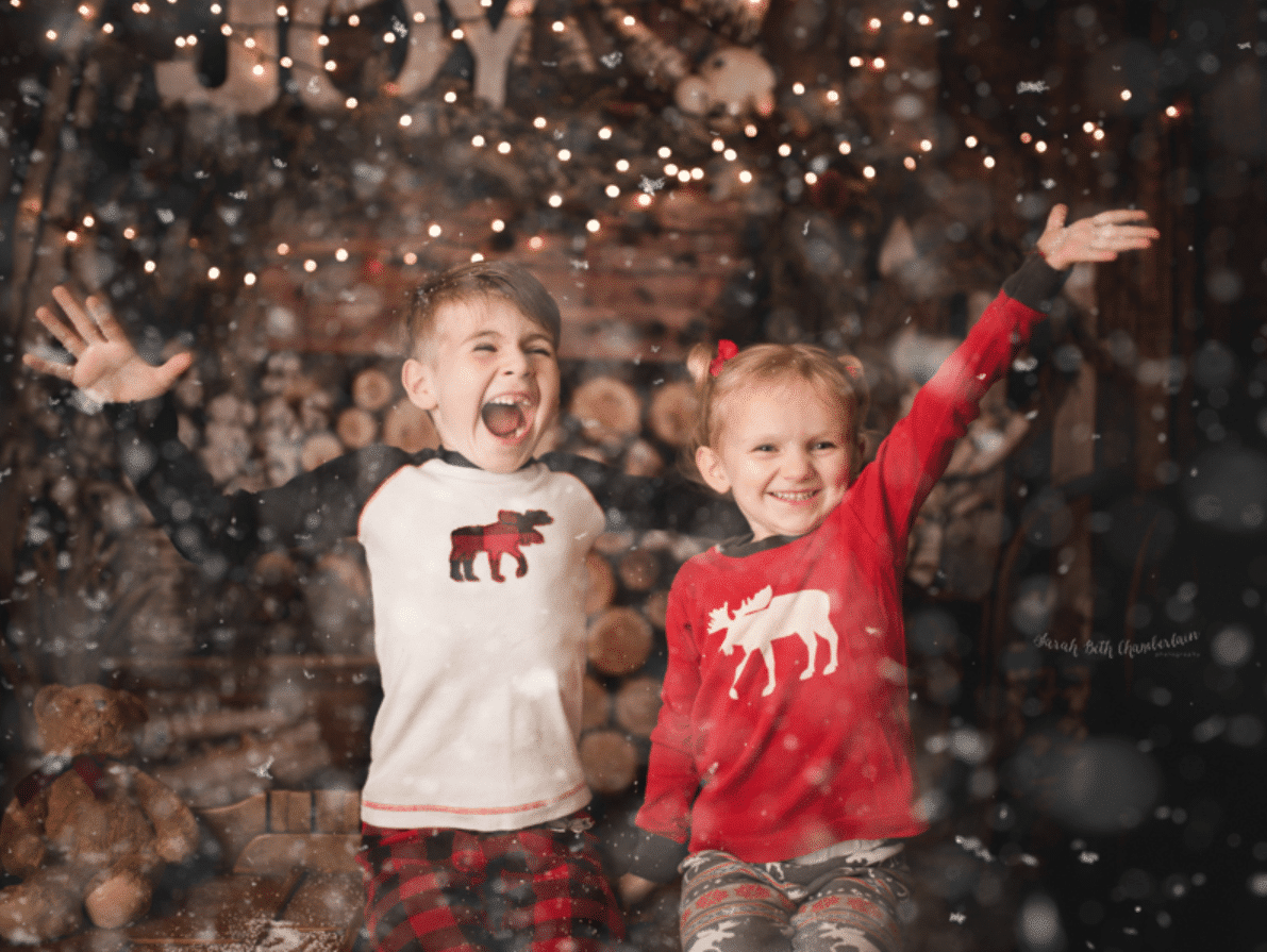 Christmas card ideas showing two young children throwing snow into the air | The Dating Divas