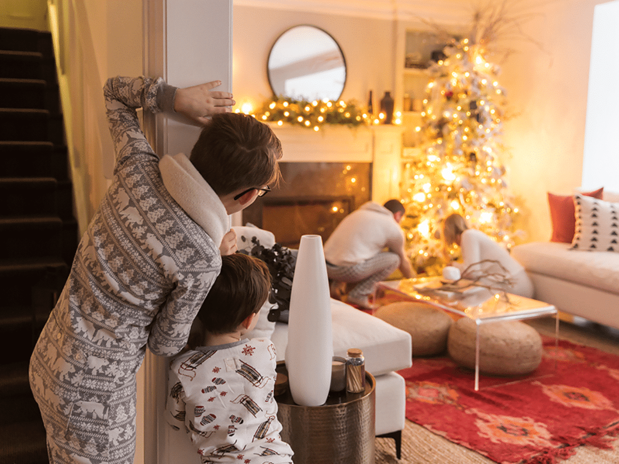 Christmas cards ideas where the kids are spying on mom and dad | The Dating Divas