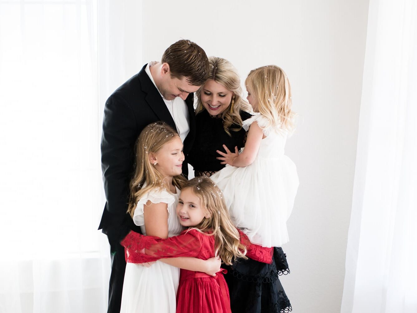 Christmas card ideas that show a family covered in faux snow | The Dating Divas